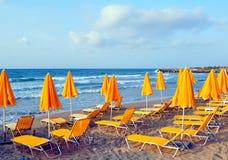 Sunbeds und Strandregenschirme Stockfotografie