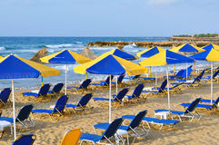 Sunbeds und Strandregenschirme Stockfotos