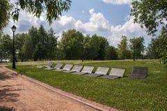 Sunbeds voor het ontspannen in het Park Groene stegen en wegen royalty-vrije stock foto's