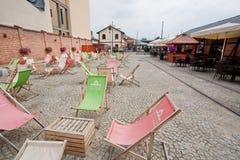 Sunbeds y muebles baratos del café de la calle Foto de archivo libre de regalías