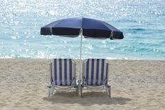Sunbeds y paraguas Foto de archivo