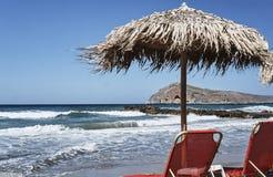 Sunbeds y paraguas en la playa Fotos de archivo