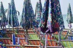 Sunbeds y parasoles Imagen de archivo libre de regalías