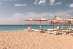 Sunbeds y parasoles de la playa Imagen de archivo libre de regalías