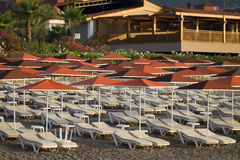 Sunbeds y parasoles de playa Fotos de archivo
