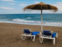 Sunbeds y playa del paraguas fotos de archivo