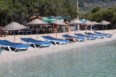Sunbeds y sombrillas en la playa Fotos de archivo libres de regalías