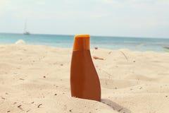 Sunblock-Flasche bei den Karibischen Meeren Lizenzfreies Stockbild