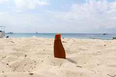 Sunblock-Flasche am Strand Stockfotografie