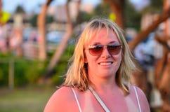 Sunburned佩带的太阳镜 免版税库存照片