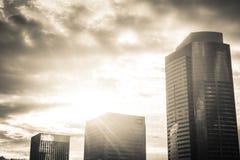 Sunburst över höga stigningsbyggnader Fotografering för Bildbyråer