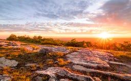 Sunburst захода солнца на горе Стоковое фото RF