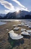Sunburst med isstora bitar på den Chilkat öppningen royaltyfria bilder