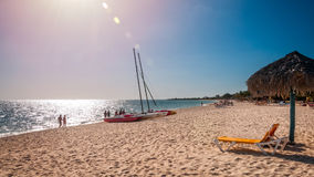 Sunburst na plaży przy Playa Ancon w Kuba obrazy royalty free