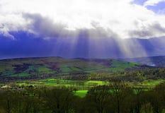 Sunburst och blå himmel över Bamford, i Derbyshire fotografering för bildbyråer