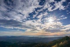 Sunburst och cloudscape ovanför kullarna och dalarna av Contra Costa County Arkivbild