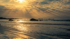 Sunburst på skymning över stranden fotografering för bildbyråer