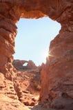Sunburst przy wieżyczka łukiem z Południowym okno w łuku parku narodowym zdjęcia royalty free