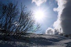 Sunbust in de winter met wolken stock fotografie