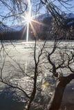 Sunbust vóór zonsondergang op de bevroren Chilkat-rivier royalty-vrije stock foto's