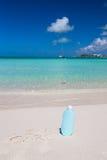 Suncare scritto sulla sabbia bianca tropicale e Fotografie Stock Libere da Diritti
