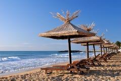 Sunchairs en paraplu's op het strand Royalty-vrije Stock Fotografie