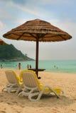 Sunchairs und Regenschirm auf Lizenzfreie Stockbilder