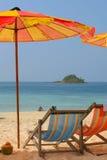 Sunchairs y paraguas en Foto de archivo