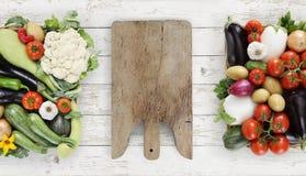 Sund äta begreppsträskärbräda med korgen som är full av Arkivbilder
