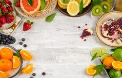 Sund ätabakgrund Olika frukter och bär på en uppvakta fotografering för bildbyråer