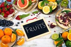 Sund ätabakgrund Olika frukter och bär på en whi arkivfoto