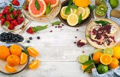 Sund ätabakgrund Olika frukter och bär på trä fotografering för bildbyråer