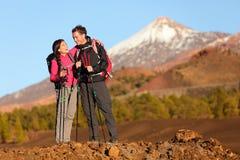 Sund aktiv livsstil - fotvandra för fotvandrarefolk royaltyfria bilder
