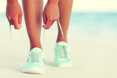 Sund aktiv livsstilflicka som binder rinnande skor Arkivfoto