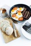 Sund allsidig frukost i en panna p? en vit bakgrund royaltyfri foto