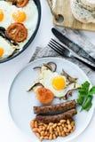 Sund allsidig frukost p? en gr? platta p? en vit bakgrund royaltyfri bild
