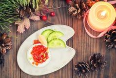 Sund aptitretare: sandwichwithägg som är välfyllt med den röda kaviaren och gurkan spelrum med lampa Top beskådar Royaltyfria Bilder