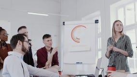sund arbetsplats Olika lyckliga kollegor samarbetar på det idérika lagmötet på RÖD EPOS för modern kontorsultrarapid arkivfilmer