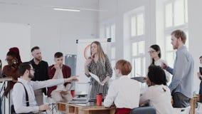 Sund arbetsplatsatmosf?r Ung härlig blond framstickandekvinna som talar på det moderna kontoret som möter RÖD EPOS för ultrarapid lager videofilmer