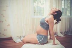 Sund asiatisk gravid kvinna för full längd som gör yoga som övar sträckning, fullbody som isoleras på vit bakgrund Fotografering för Bildbyråer