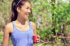 Sund asiatisk kvinna som dricker fruktsmoothiedrinken Arkivfoton