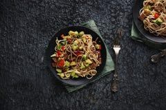 Sund asiatisk mat, udonnudlar med nötkött och grönsaker Royaltyfria Bilder