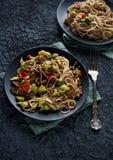 Sund asiatisk mat, udonnudlar med nötkött och grönsaker Arkivbilder