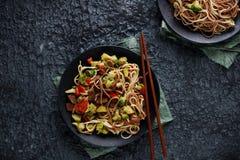 Sund asiatisk mat, udonnudlar med nötkött och grönsaker Fotografering för Bildbyråer