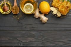 Sund bakgrund honung honungskaka, citron, te, ingefära på den mörka trätabellen Bästa sikt med kopieringsutrymme arkivbilder