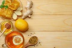 Sund bakgrund honung honungskaka, citron, te, ingefära på den vita trätabellen Bästa sikt med kopieringsutrymme royaltyfri bild