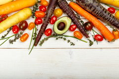 sund bakgrundsmat Studiofotografi av olika grönsaker på den gamla trätabellen Arkivfoto
