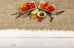 sund bakgrundsmat Studiofotografi av olika grönsaker på den gamla trätabellen Royaltyfria Bilder