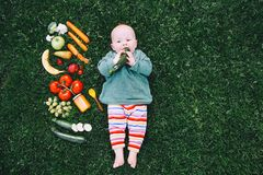 Sund barnnäring, behandla som ett barn matning Arkivbild