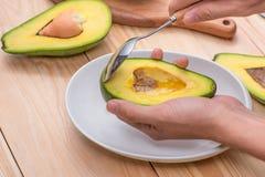 sund begreppsmat Äta den nya organiska avokadot Royaltyfri Foto